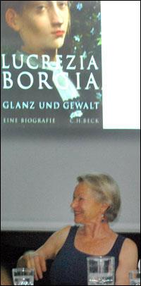 Friederike Hausmann bei der Buchvorstellung von Lucrezia Borgia für Kolibri