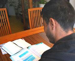 Afghanischer Geflüchteter beim Deusch-Lernen