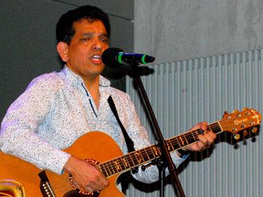Fayaz Pinjari von OMOPO, Gitarre und Gesang